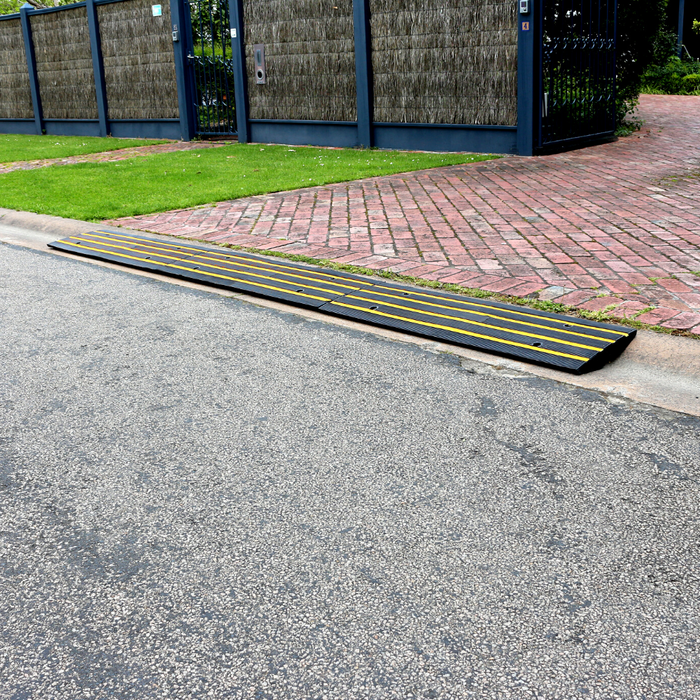 Heeve Traffic Control & Parking Equipment 1.2m (1 x Ramp) Heeve Driveway Rubber Kerb Ramp in 1.2m Sections for Rolled-Edge Kerb