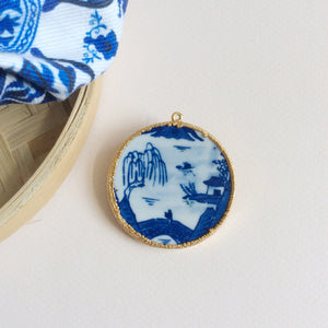 Willow pattern blue and white porcelain medallion pendant brooch