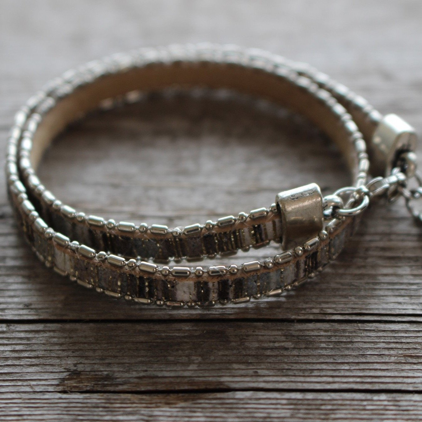 Double bracelet bracelet in shiny white and gray leather. Handmade