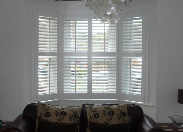 Bay window shutters with centre tilt rods