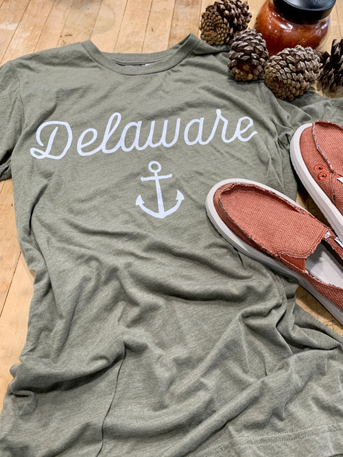 Delaware Cursive with Anchor Tee in Olive