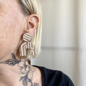 Sigfus Chunky Arch Earrings - Beige & Tan