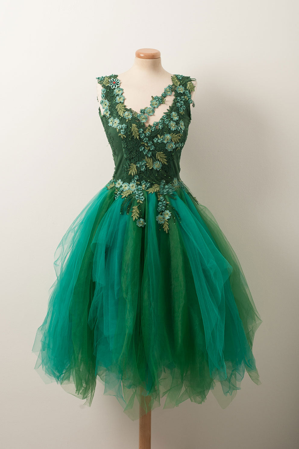 55ac06142e6 Unique v neck green tulle lace short prom dress