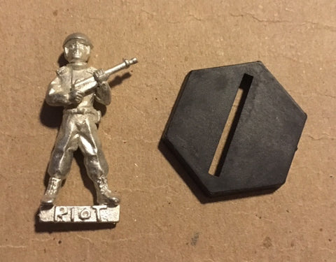 B5 RPG Earth Alliance riot troop figure (holding rifle)