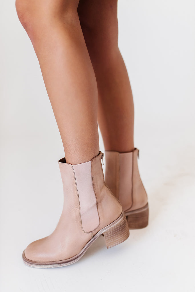 essential chelsea boots // free people *restocked*