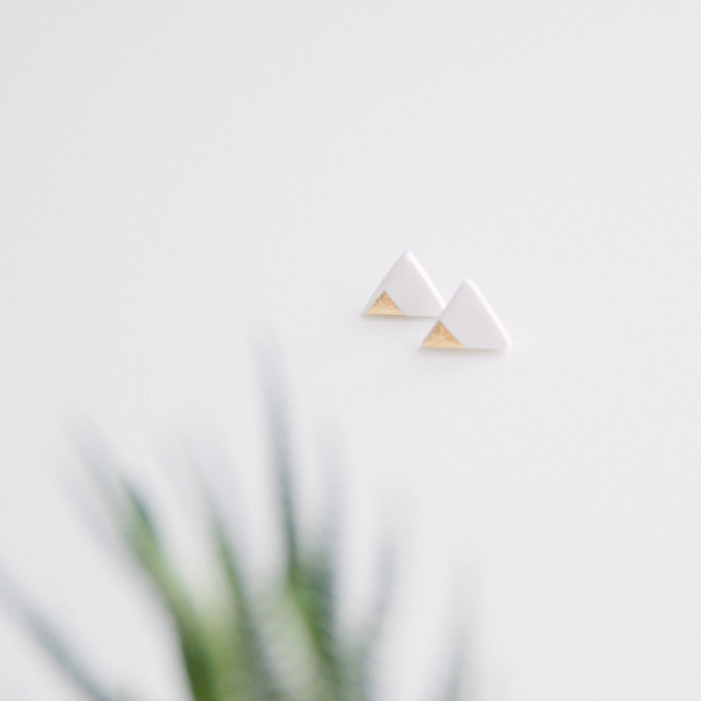 Triangle studs gold sparkle
