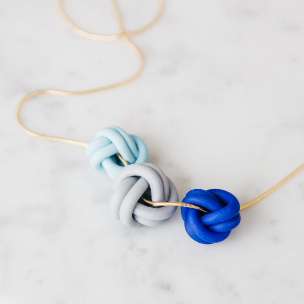 Knots necklace blue, a creative and relaxing activity in Singapore - Longue Vue Design