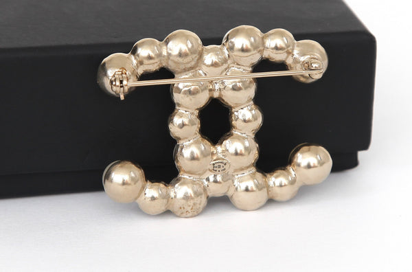 CHANEL Brooch Pin Faux Pearl CC Gold-Tone Metal - Evesherfashion