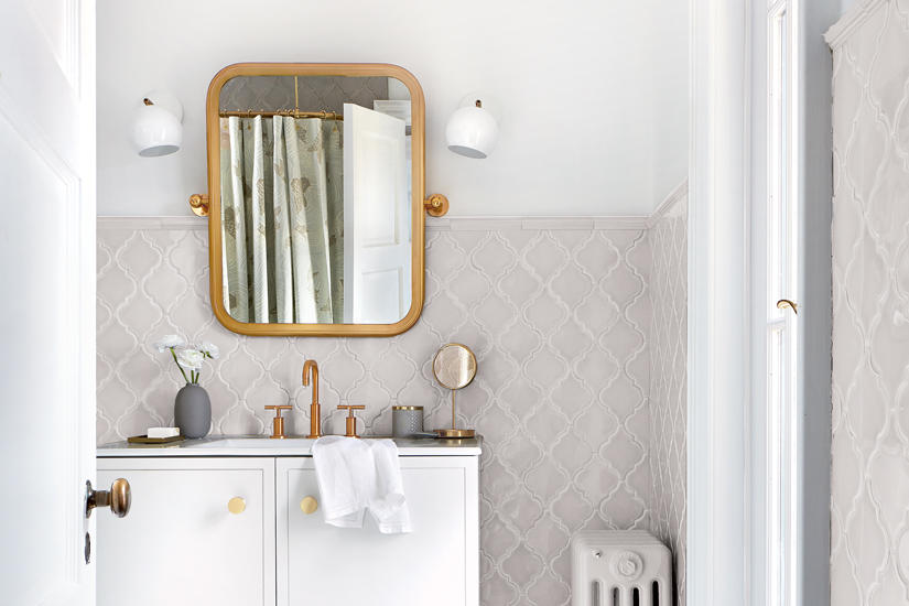 A GLAM BATHROOM THAT EXUDES SPA-LIKE SERENITY