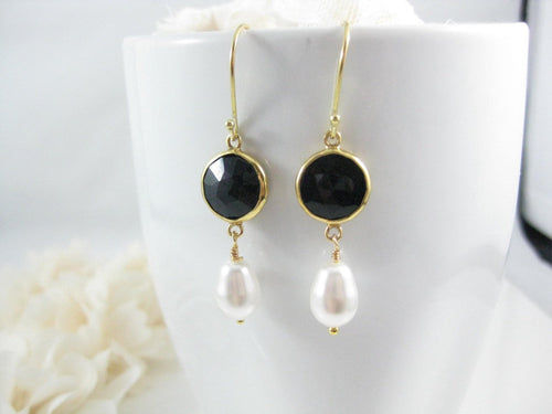 White pearl and black onyx gemstone earrings - Clairesbridal - 1