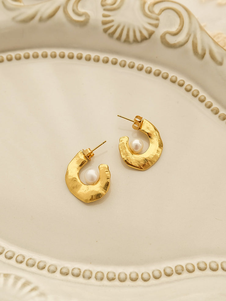 Beth C-shaped pearl horn earrings