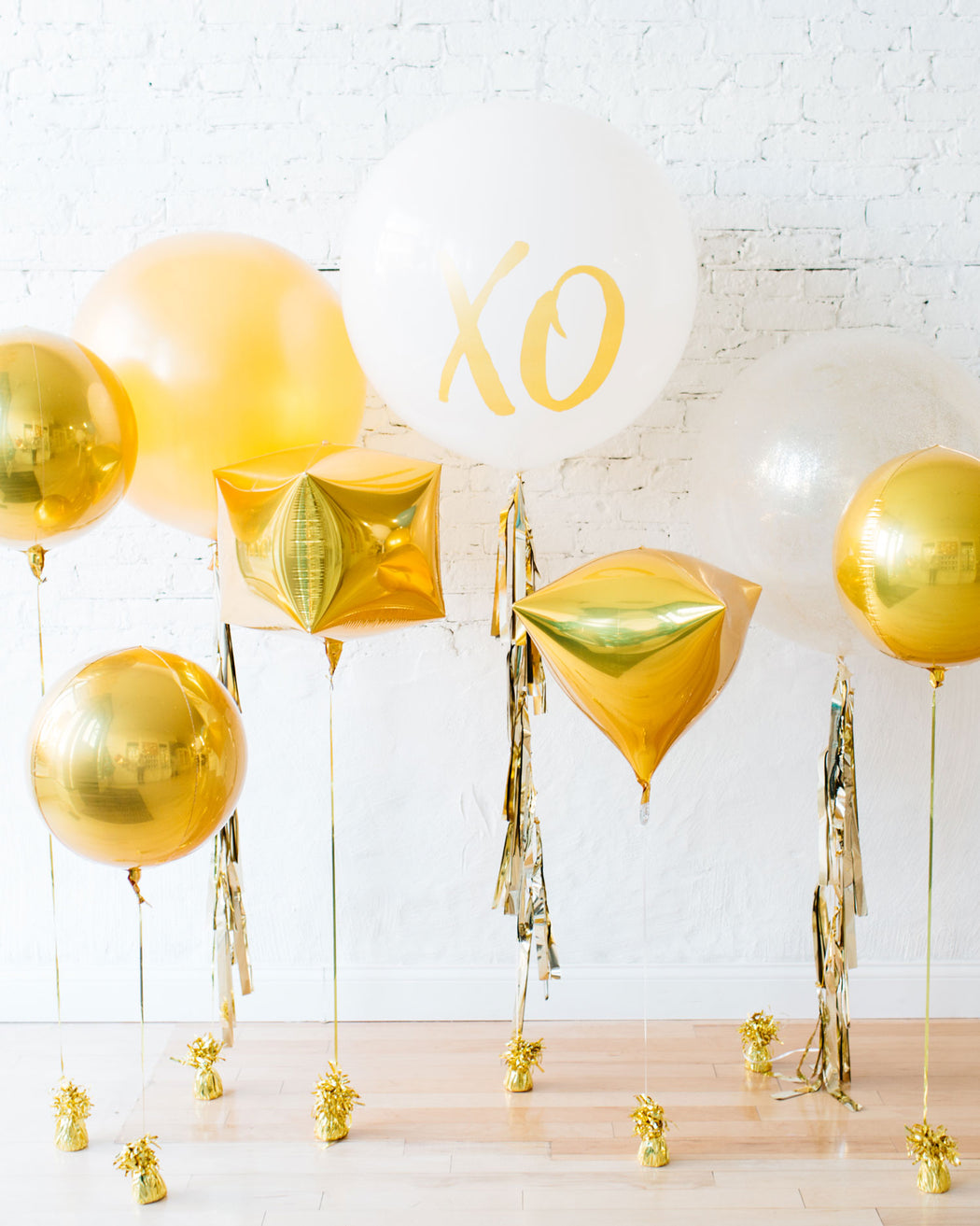 Gold & White Individual Balloons Backdrop