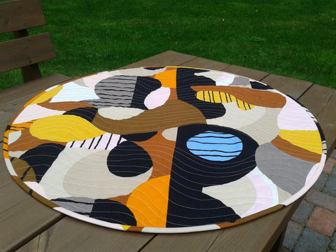 Round quilted table runner from Marimekko linen fabric Britta Maj by NordicCrafter
