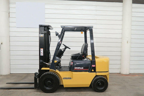 2004 CATERPILLAR GP25K 5000 LB GASOLINE FORKLIFT PNEUMATIC 84/131 2 STAGE MAST SIDE SHIFTER 8680 HOURS STOCK # BF9362149-DPA