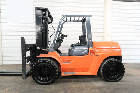 2009 TOYOTA 7FDU70 15500 LB DIESEL FORKLIFT PNEUMATIC 101/188 3 STAGE MAST SIDE SHIFTING FORK POSITIONER DUAL TIRES 1485 HOURS STOCK # BF9551769-DPA - United Lift Used & New Forklift Telehandler Scissor Lift Boomlift