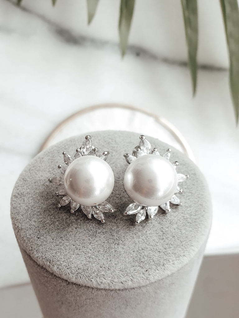 bridal_silver_pearl_stud_earrings_Kira