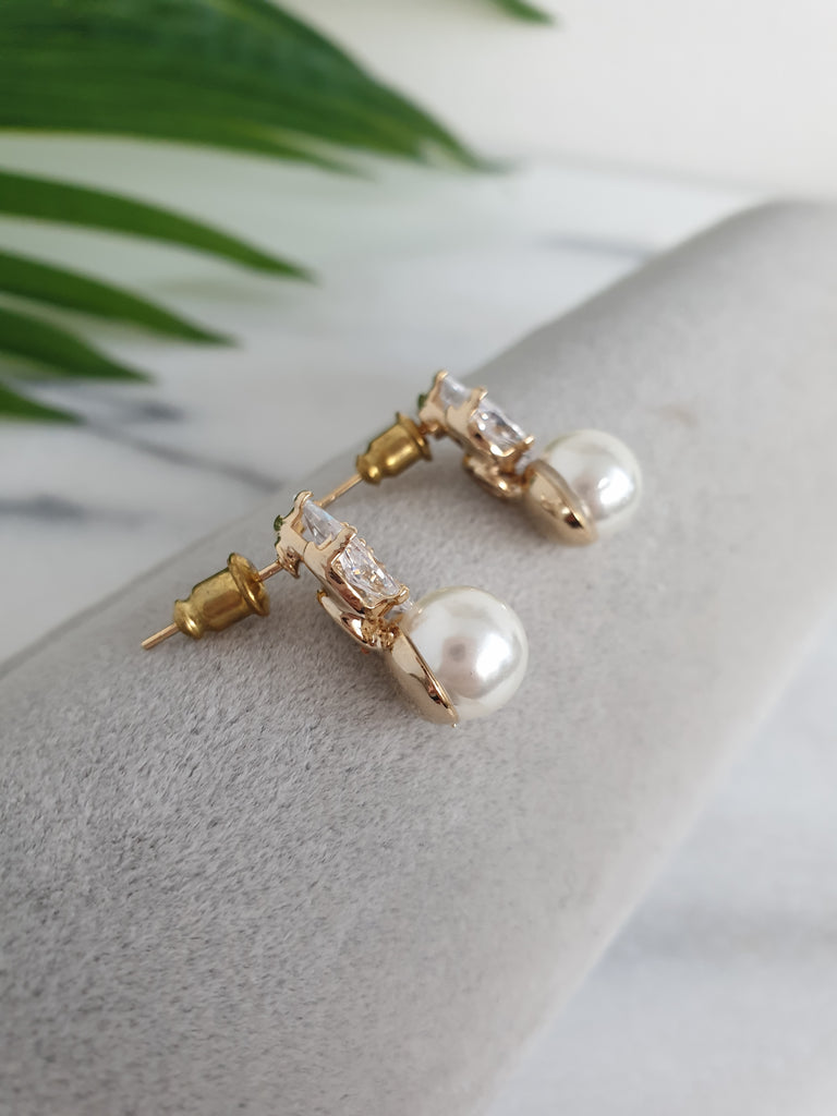 Gold_stud_pearl_earrings_for_bride