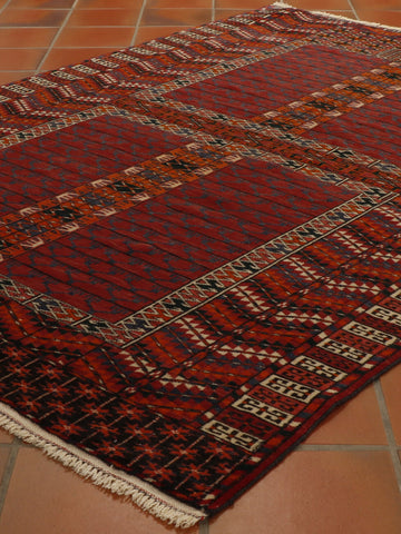 a wonderfully traditional design Hatchlou rug, perfect for all avid collectors