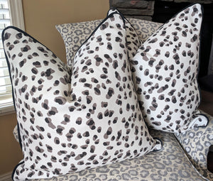 rack leopard // navy piping // leopard pillow // interior decor // chinoiserie decor // mira