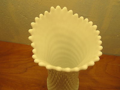 VINTAGE WESTMORELAND FLOWER VASE WITH A DIAMOND DESIGN - Andres James Vintage Boutique - 3