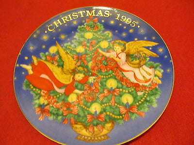 1995 AVON CHRISTMAS COLLECTORS PLATE TRIMMING THE TREE STILL IN THE BOX - Andres James Vintage Boutique