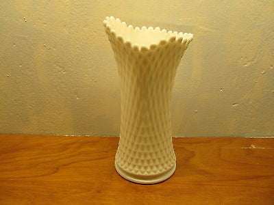 VINTAGE WESTMORELAND FLOWER VASE WITH A DIAMOND DESIGN - Andres James Vintage Boutique - 2