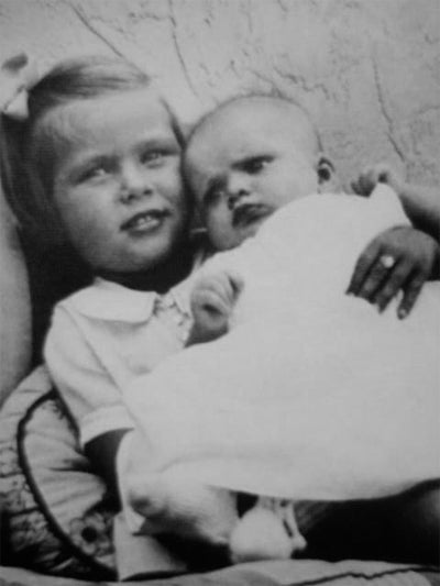 A young Grace Kelly holding her sister Lizanne in 1933