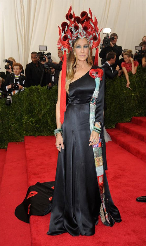Sarah Jessica Parker in a gown she designed in collaboration with H&M, a Philip Treacy hatand a Cindy Chao brooch.