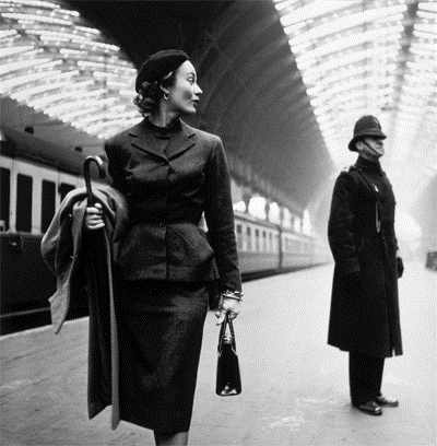 Lisa Fonssagrives at London's Victoria Station in 1951 - Photograph by Toni Frissell