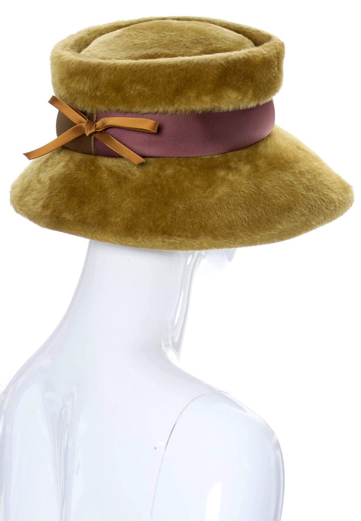 Wonderful 1960s vintage faux fur hat with two-toned ribbon - Dressing Vintage
