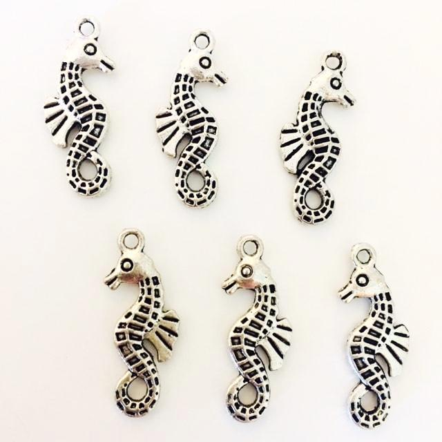 Seahorse charm - with back fin