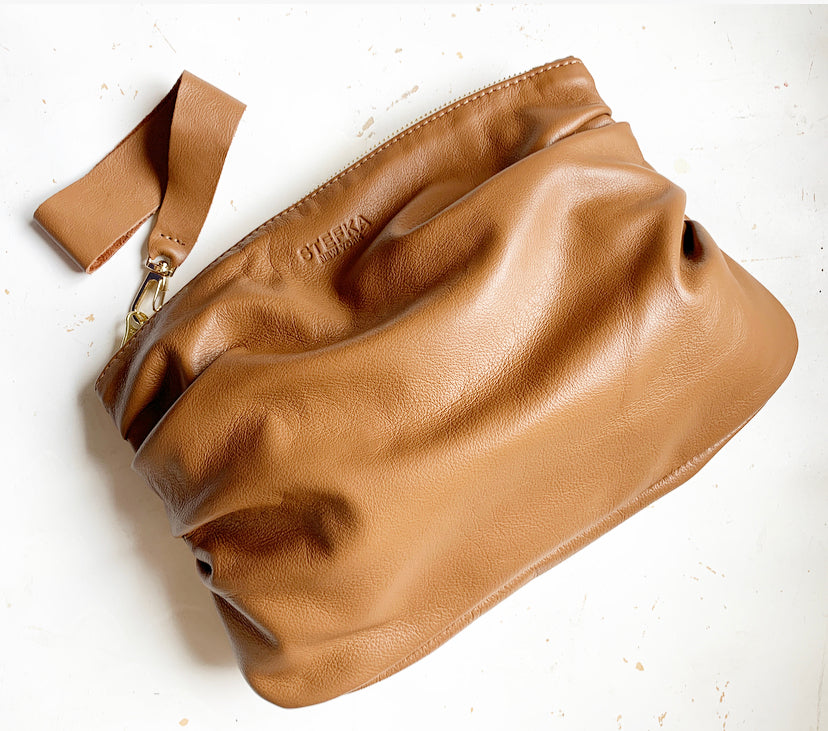 Puff Clutch in Cognac