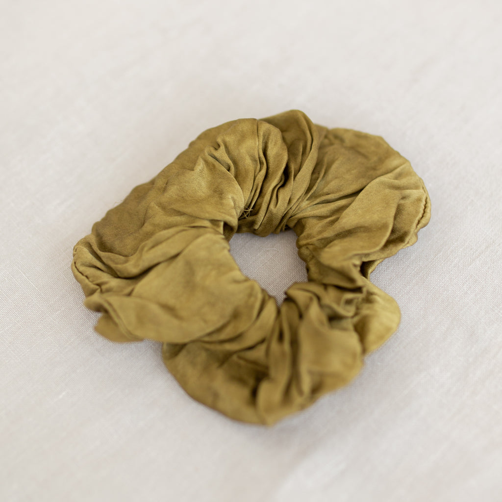 NÅDE Studio Silk Scrunchie - Pale Ochre