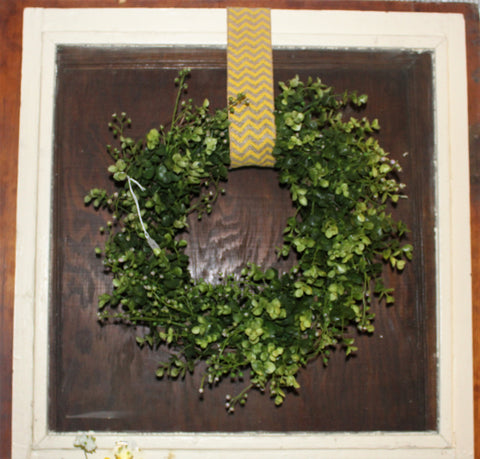 Screen with wreath
