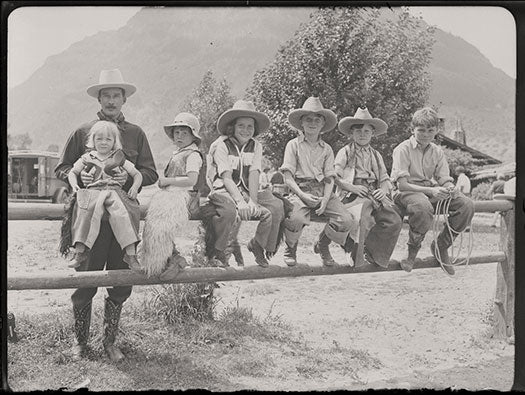 15 kids-on-fence_dude-ranch_Univ-Wyoming_Amer-HeritageCntr_digitalColl_20141224_0042