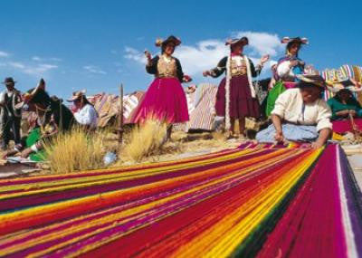 women looming in Peru