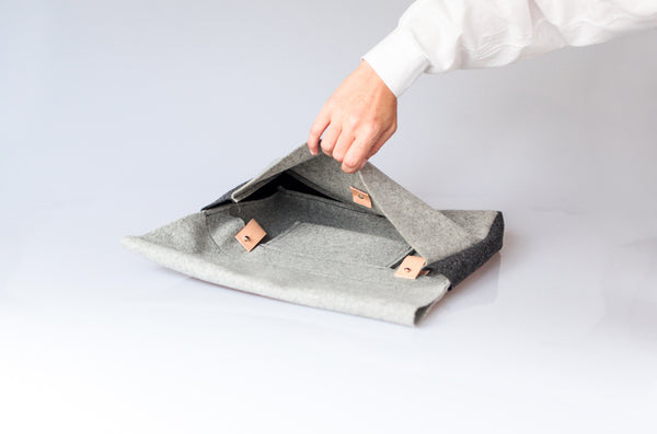 The hand briefcase perfect to carry a small gadgets, book and notebooks to the office or to go out on a casual evening.