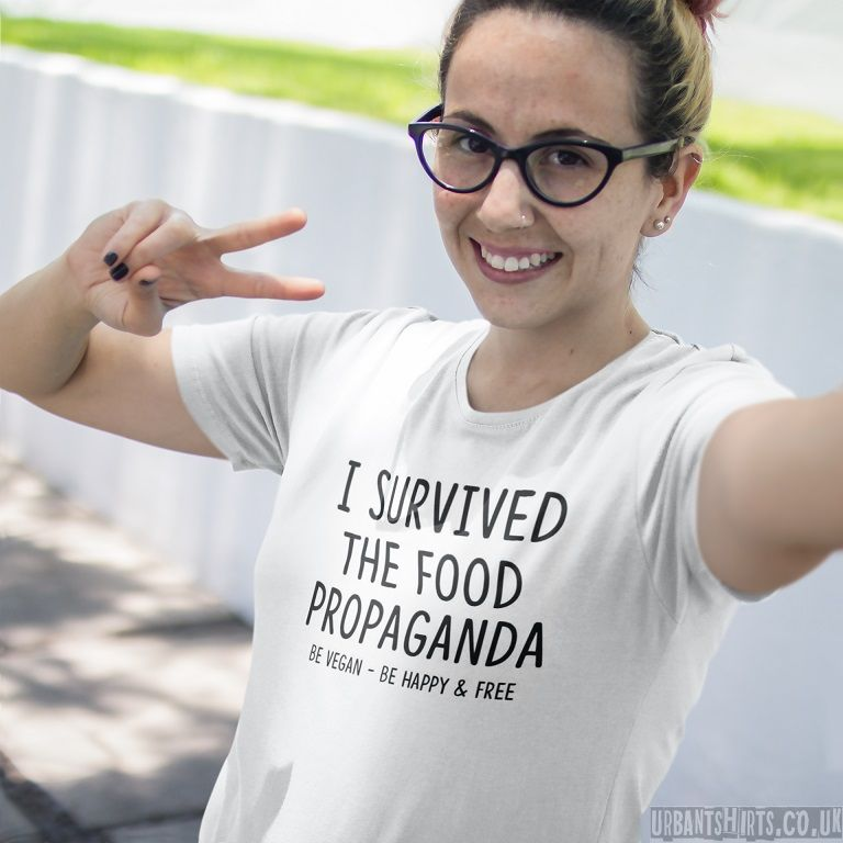 I survived the food propaganda.Be Vegan-be happy & free T-shirt - Urbantshirts.co.uk