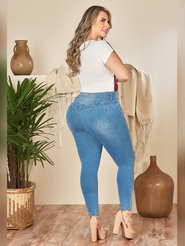 medium wash jeans on curvy model skinny fit light blue with white bodysuit and nude heels