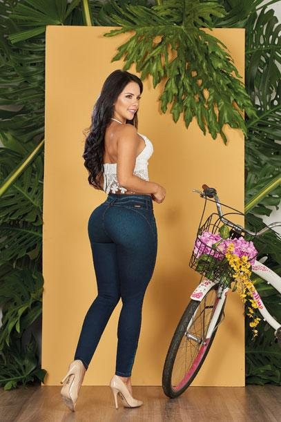 back view of colombian woman black hair wearing crop top backless and dark blue push up levantacola jeans