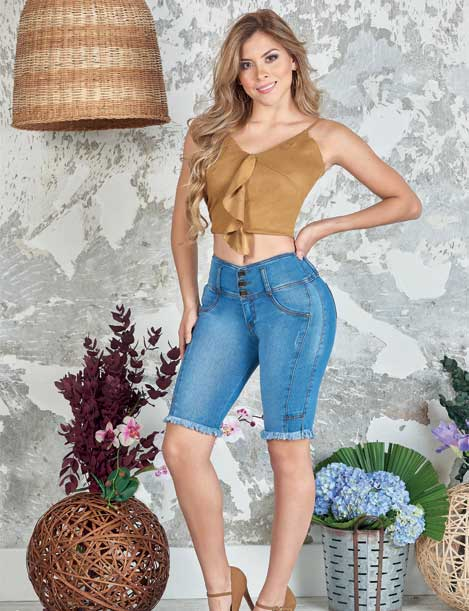blonde long hair colombian woman wearing crop top taupe and butt lifter levantacola medium blue capri jeans