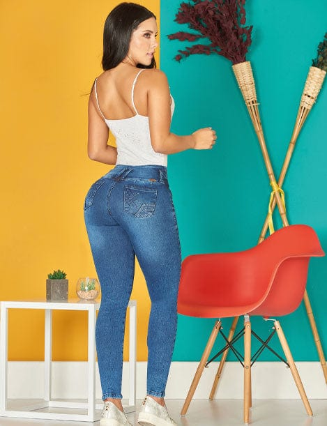 back view of big butt dark long hair colombian girl with curly hair wearing white top and dark blue butt lifter levantacola jeans three buttons