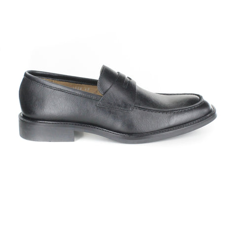 Slip on dress loafer in black vegan leather. Beige lining. Black rubber sole. Slightly squared toe.