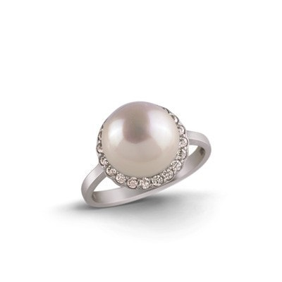 Timeless and Glamorous Silver Ring with Freshwater Pearl