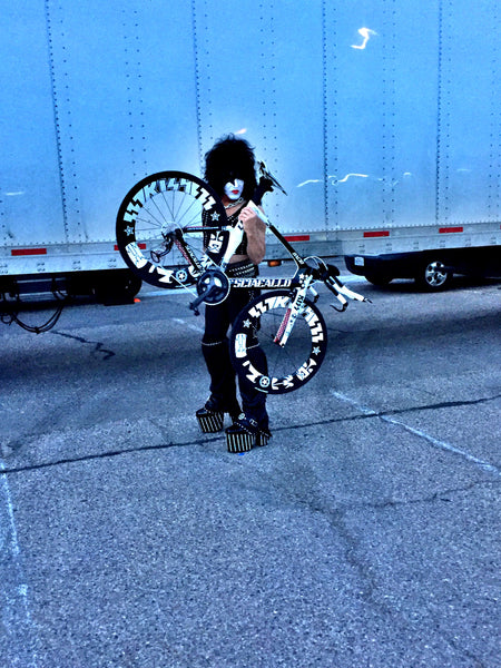 Paul Stanley holding Sciacallo Bacio triathlon bike