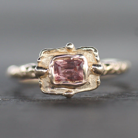 One of a kind handmade ring in yellow gold with a pink sapphire