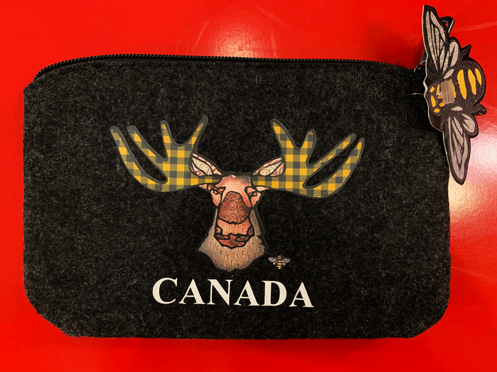 A variant of the funky moose pouch. This one's antlers are coloured with yellow buffalo check.