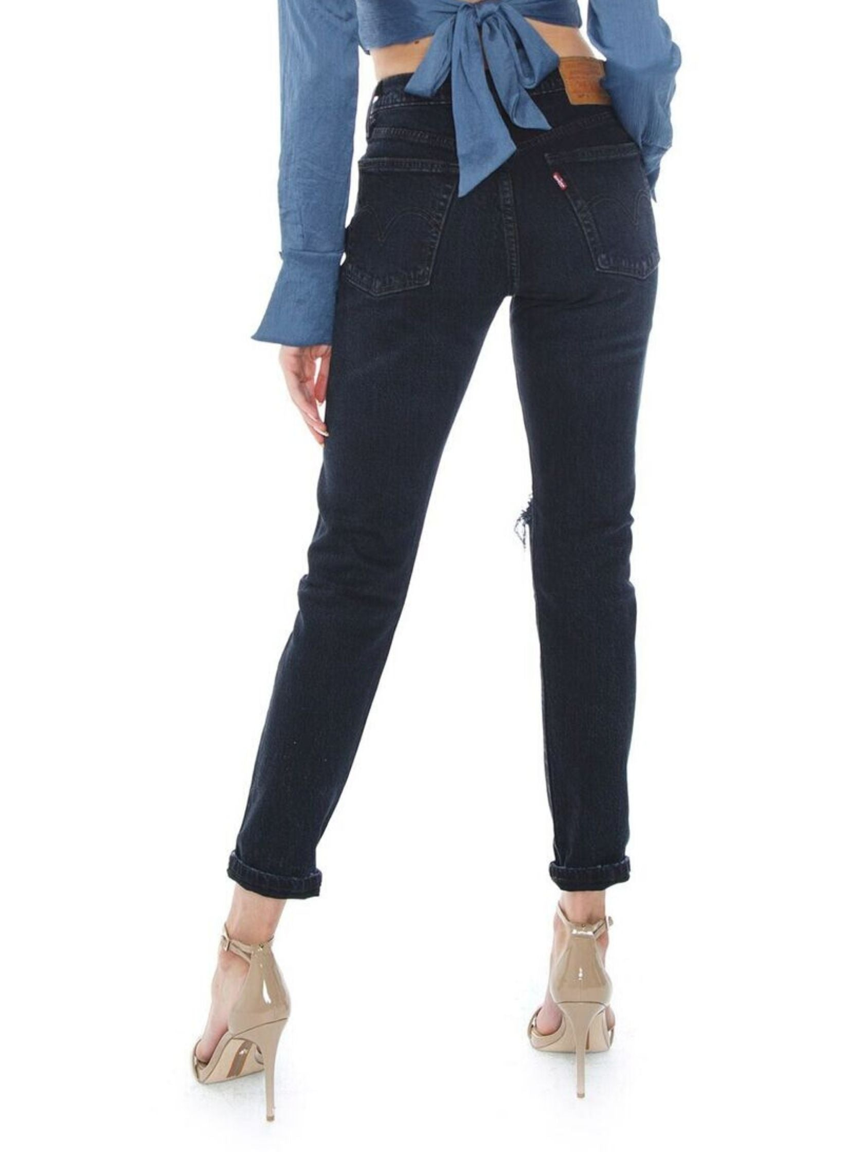 Women outfit in a denim rental from Levis called 501 Skinny