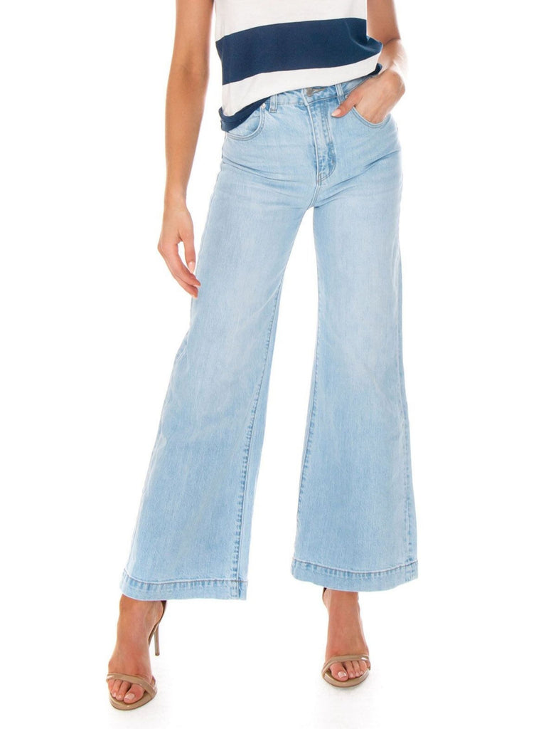 Women outfit in a denim rental from ROLLAS called Campbell High Slit Pants