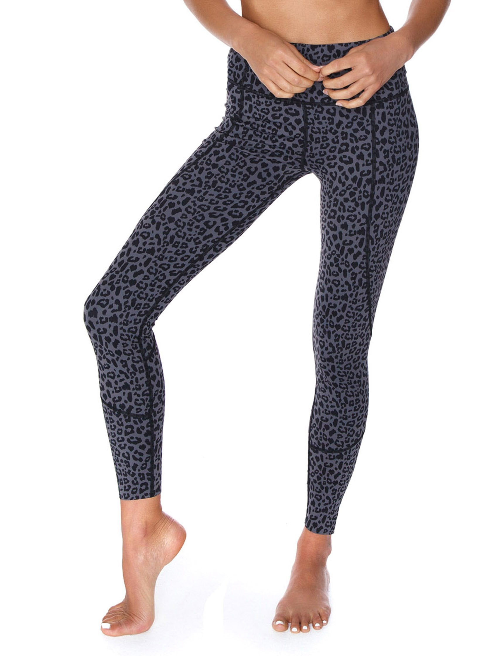 Woman wearing a leggings rental from VARLEY called Bedford Tight